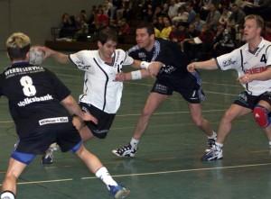 Steffen Rost als Deizisauer Spieler - immer mit vollem Einsatz. Der Herr rechts ist heute auch noch regelmäßig in der Halle. Fotos: Rudel
