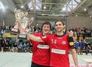 Simon Wohlrabe und Markus Fuchs mit dem EZ-Pokal.