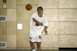 Wir haben im EZ-Archiv 186 Fotos von oder mit Simon Wohlrabe angesammelt. Das ist das älteste vom August 2004: Der junge Simon im Kempa-Nachthemd...