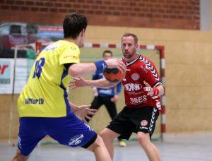 Ein starkes Bild: Neuhausens Timo Flechsenhar will den Lautersteiner Gegenspieler auf keinen Fall zum Wurf kommen lassen. Fotos: Rudel