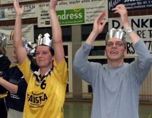 Heiko Fleisch, der Aufstiegs-König von Nellingen. Das war im April 2002. Damals spielte das Team unter dem Namen Haspo Ostfildern und schaffte den Sprung in die 2. Bundesliga. Links Steffi Urbisch. Fotos: Rudel