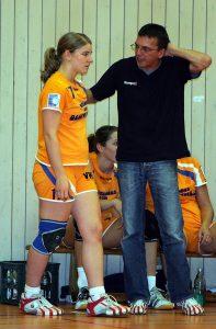 Damals, im September 2005, noch kein Paar (oder?): Rückraumspielerin Julia BüŸhner und Trainer Heiko Fleisch.